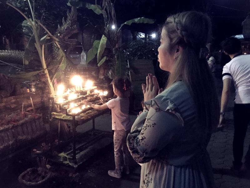 loy-krathong-praying-chiang-mai 800